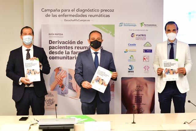 de izquierda a derecha: Javier Anitua, director de la Fundación Viatris; Juan Pedro Rísquez, vicepresidente del Consejo General de Colegios Farmacéuticos y Marcos Paulino, miembro de la Junta Directiva de la Sociedad Española de Reumatología