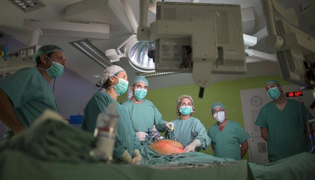 Archivo - Cerca de 800 cirujanos se conectan al curso virtual sobre cirugía de la hernia de Quirónsalud Sagrado Corazón de Sevilla