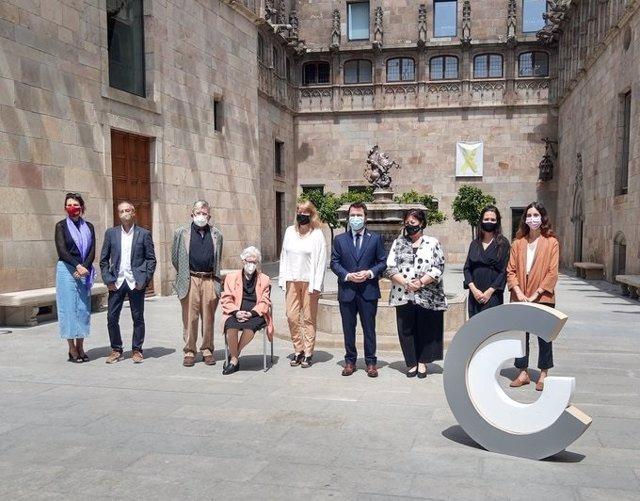 El president Pere Aragonès, la consellera Natàlia Garriga i la presidenta del CoNCA Vinyet Panyella amb els guardonats dels Premis Nacionals de Cultura 2021.