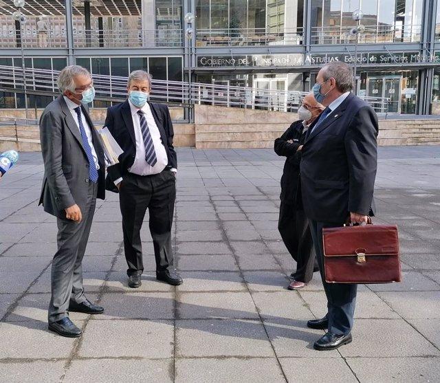 Archivo - Francisco Álvarez Cascos en la entrada a los juzgados de Oviedo acompañado de su abogado.