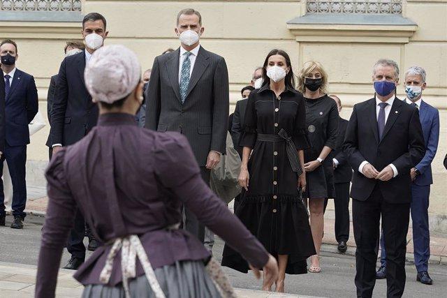 El presidente del Gobierno, Pedro Sánchez, El rey Felipe VI, la reina doña Letizia y el Lehenkari, Iñigo Urkullu, durante la inauguración del Memorial de Víctimas del Terrorismo en Vitoria