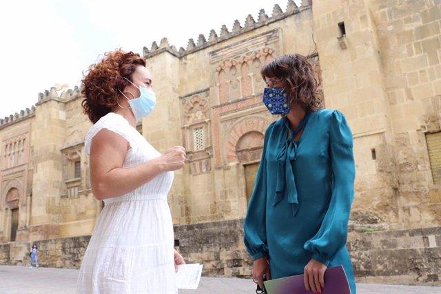 Ana Naranjo y Martina Velarde junto a la Mezquita de Córdoba.