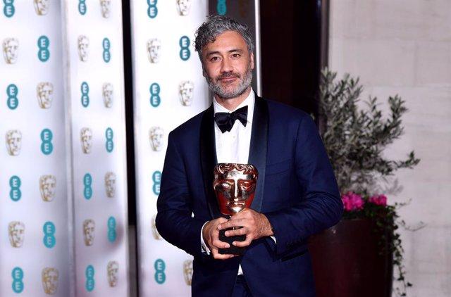 Archivo - Taika Waititi junto a su premio al mejor guion adaptado en los BAFTA de 2020