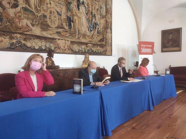 La presidenta de Patrimonio Nacional, el poeta Raúl Zurita, el rector de la USAL y la responsable de la selección de poemas Franscisca Noguerol, de izquierda a derecha.