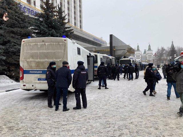 Archivo - Imagen de archivo de la Policía rusa frente al lugar donde se celebraba un acto de la oposición en Moscú