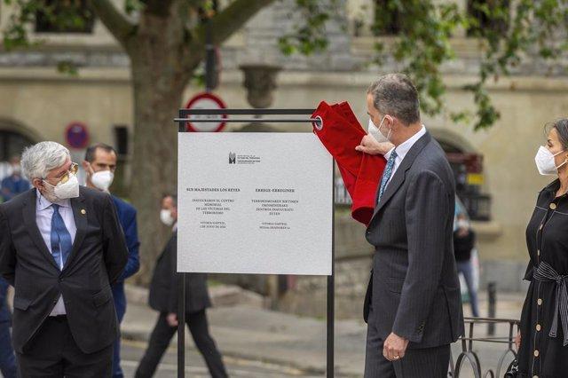Archivo - El Rey Felipe VI, destapa la placa de inauguración del Centro Memorial de las Víctimas del Terrorismo, a 1 de junio de 2021, en Vitoria, Álava, Euskadi (España). La Fundación Centro para la Memoria de las Víctimas del Terrorismo (FCMVT) tiene co