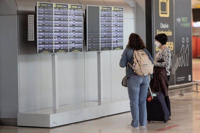 Dos pasajeras en la terminal T4 del Aeropuerto Adolfo Suárez - Madrid Barajas, a 24 de mayo de 2021, en Madrid, (España). Tal y como indicó el presidente del Gobierno la pasada semana, desde este lunes está permitida la entrada de turistas procedentes de