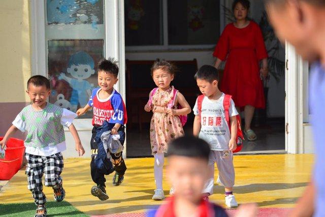 Niños a la salida de una guardería en Fuyang, China