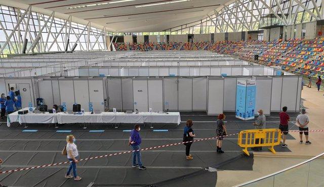 Uns usuaris esperen per rebre el vaccí a la Pista Coberta d'Atletisme de Sabadell.