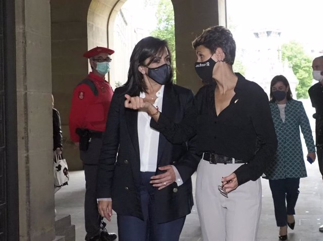 La presidenta de Navarra, María Chivite, y su homóloga de La Rioja, Concha Andreu, antes de la firma de un convenio de asistencia sanitaria en Pamplona.