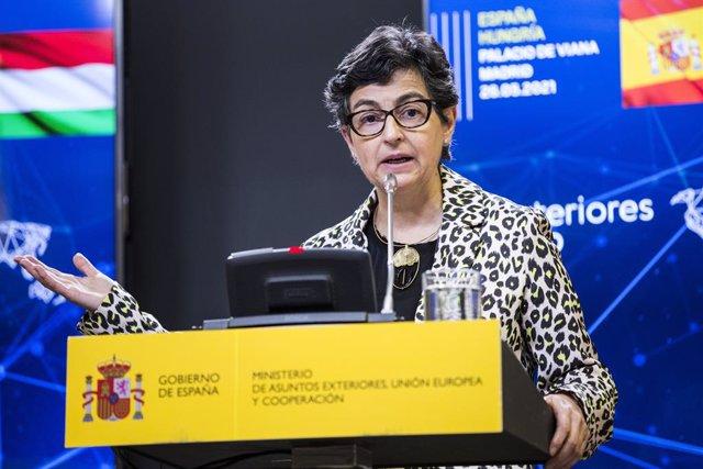 La ministra de Asuntos Exteriores, Unión Europea y Cooperación, Arancha González Laya (d), durante una rueda de prensa junto al ministro de Asuntos Exteriores de Hungría en el Palacio de Viana, a 26 de mayo de 2021, en Madrid (España).