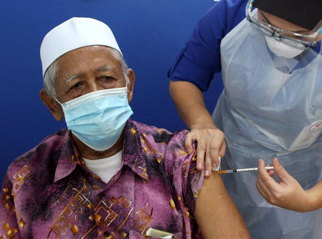 01 June 2021, Malaysia, Ipoh: An elderly man receives a dose of the Sinovac COVID-19 vaccine at a local hospital. Photo: Abdullah Mohd Yusof/BERNAMA/dpa
