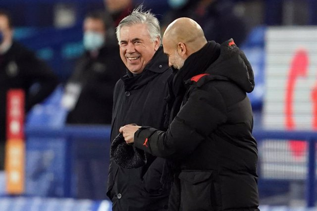 Archivo - 17 February 2021, United Kingdom, Liverpool: Everton manager Carlo Ancelotti (L) and Manchester City manager Pep Guardiola stand together before the English Premier League soccer match between Everton FC and Manchester City ar Goodison Park. Pho