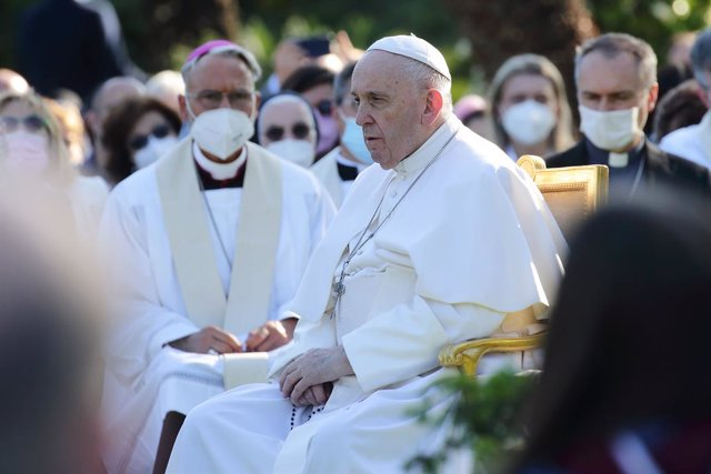 """31 May 2021, Vatican, Vatican City: Pope Francis leads the Holy Rosary prayers in the Vatican Gardens after the """"Marathon of Prayer"""" for an end to the Covid-19 pandemic and the resumption of work and social activities. Photo: Evandro Inetti/ZUMA Wire/dpa"""