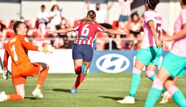 Deyna Castellanos celebra el gol de la victoria en el Atlético de Madrid-FC Barcelona de la Primera Iberdrola 2020-2021