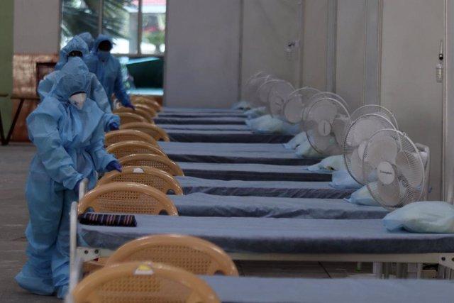 Trabajadores sanitarios preparan un hospital de campaña en un estadio en India ante la pandemia de coronavirus