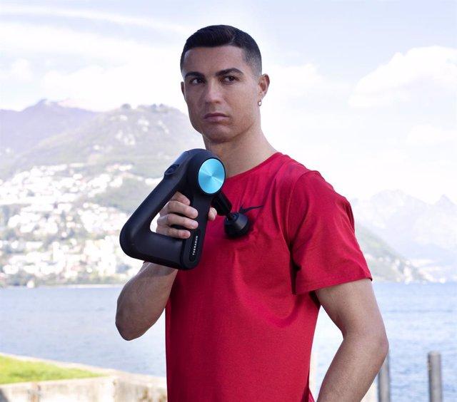 Archivo - El jugador de fútbol portugués Cristiano Ronaldo se une a la terapia percusiva de Therabody.