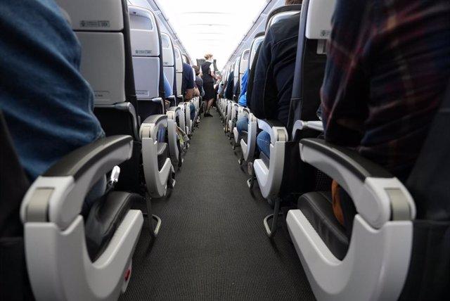 Pasajeros a bordo de un avión en Londres con destino a Lisboa