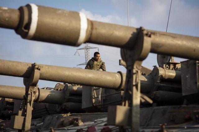 Archivo - Un soldado de Israel en un blindado cerca de la frontera con la Franja de Gaza