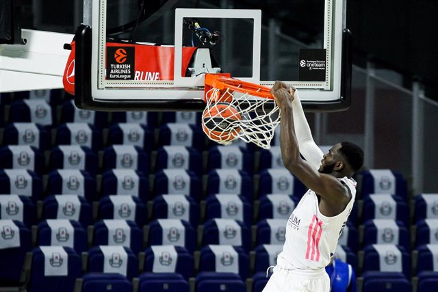 Archivo - Usman Garuba of Real Madrid in action during the 2020/2021 Turkish Airlines Euroleague Play Off Game 4 between Real Madrid and Anadolu Efes Istanbul at WiZink Center on April 29, 2021 in Madrid, Spain.