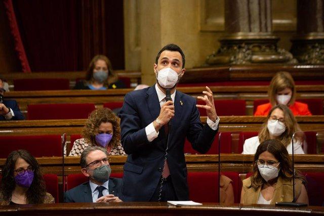 El conseller d'Empresa i Treball de la Generalitat, Roger Torrent, en el ple del Parlament.
