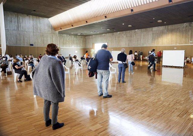 Archivo - Varias personas acuden a un dispositivo de vacunación masiva frente al Covid-19, en el Palacio de Exposiciones y Congresos de Santander.