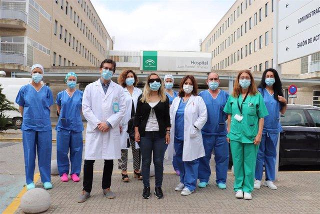 En la imagen, la donante de córnea junto al equipo de profesionales del Hospital Juan Ramón Jiménez que lo ha hecho posible.