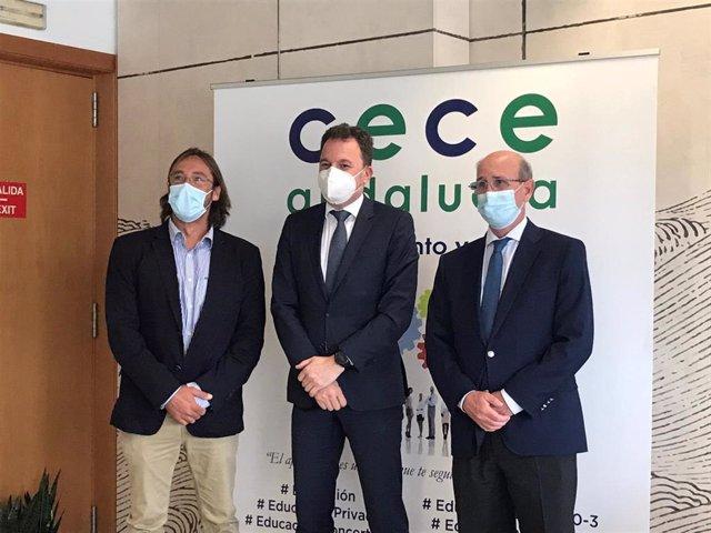 De izquierda a derecha: Jaime Gómez, director general de Aonia Educación; Santiago Romero, director general de SM España; y Rafael Caamaño, secretario general de CECE Andalucía.