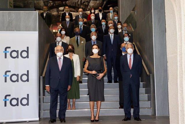 Fotografía de grupo de Su Majestad la Reina con los patronos de la FAD, a 2 de junio de 2021