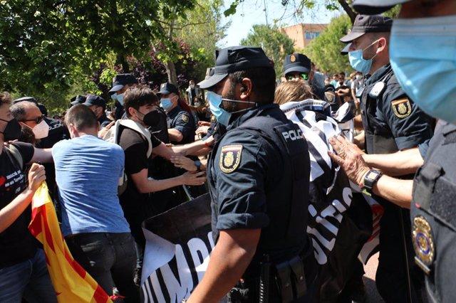 Actuación policial en la protesta de unos jóvenes por la visita de Felipe VI a la UJI