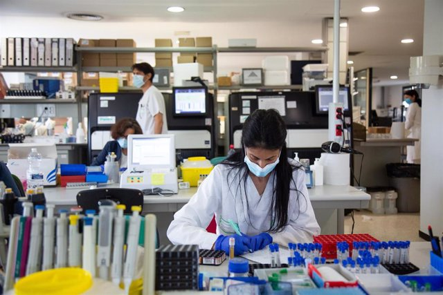 Archivo - Una investigadora trabajando en el laboratorio de Microbiología del Hospital Universitario de Badajoz