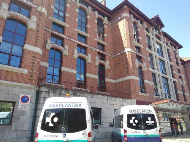 Ambulancias ante un pabellón del Hospital de Basurto, en Bilbao