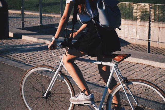 Mujer conduciendo en bicicleta.