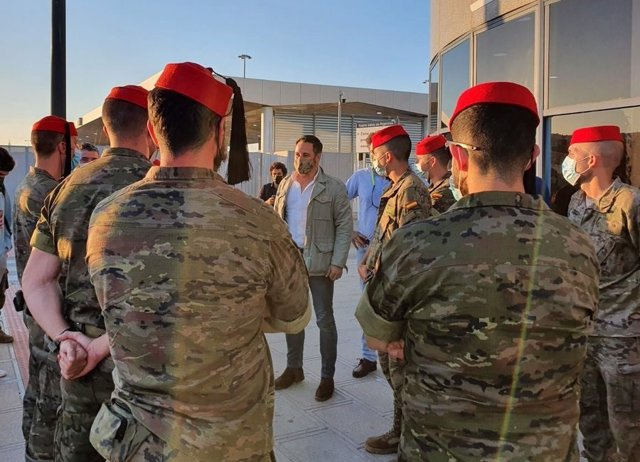 El presidente de Vox, Santiago Abascal, con militares en Algeciras antes de viajar a Ceuta