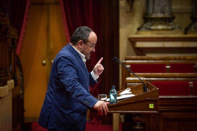 El líder del PP català, Alejandro Fernández, en el ple de la cambra catalana el 2 de juny del 2021.