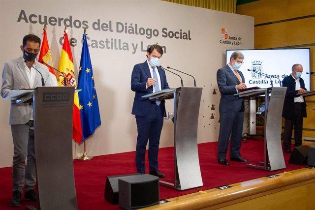Fernández Mañueco (centro) firma los acuerdos del Diálogo Social.