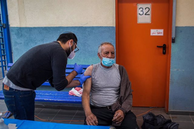 Archivo - 08 March 2021, Israel, Meitar: A Palestinian cross-border worker receives his dose of the COVID-19 vaccine at a vaccination centre opened at the checkpoint of Meitar, a town of Israel's Southern District. Photo: Ilia Yefimovich/dpa