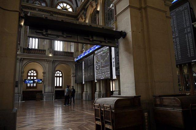 Archivo - Un grupo de personas realiza una fotografía a los valores del Ibex 35 en el Palacio de la Bolsa, a 19 de abril de 2021, en Madrid, (España).