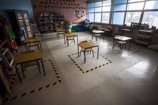 Archivo - Un aula preparada para la vuelta a clase en Chile