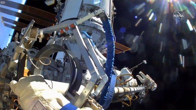 La cámara del casco de Pyotr Dubrovnik capta a Oleg Novitskiy en el otro extremo del brazo Strela de 14 metros de largo, una grúa rusa, que los caminantes espaciales separaron de la esclusa de aire Pirs.