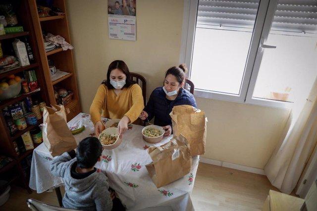 Archivo - Arxiu - Dues dones i un nen dinen a casa seva a Madrid.