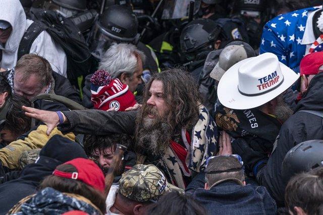 Seguidores de Donald Trump se agolpan para asaltar el Capitolio de Estados Unidos