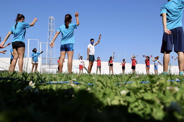 Niños entrenan con el atleta Héctor Santos.