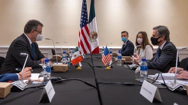 El ministro de Exteriores de México, Marcelo Ebrard, en una reunión con el secretario de Estado de Estados Unidos, Antony Blinken.