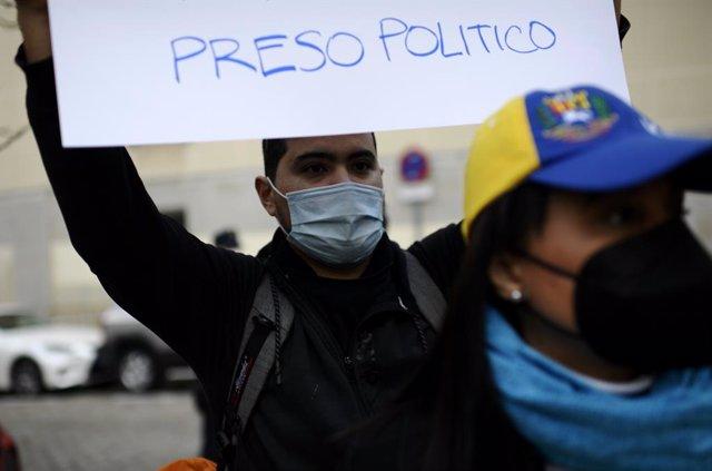 Archivo - Protesta en señal de apoyo a los presos políticos en Venezuela.