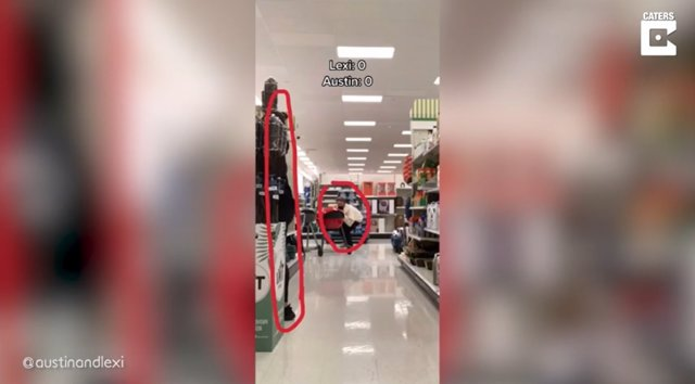 Los trabajadores de un supermercado se unen al reto en TikTok 'no salir en la foto' de una pareja y el vídeo se hace viral