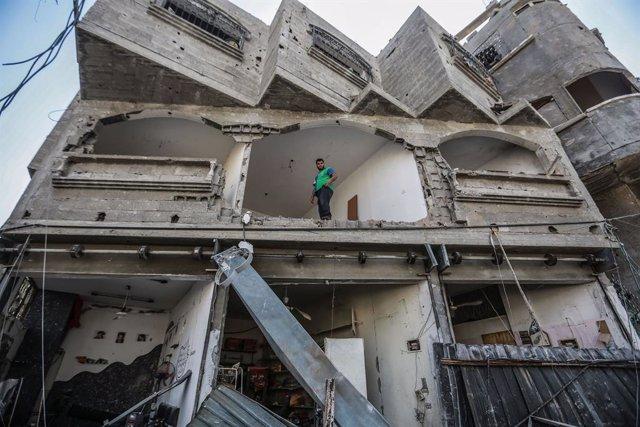 Un palestino en un edificio destruido por los bombardeos de Israel contra la Franja de Gaza