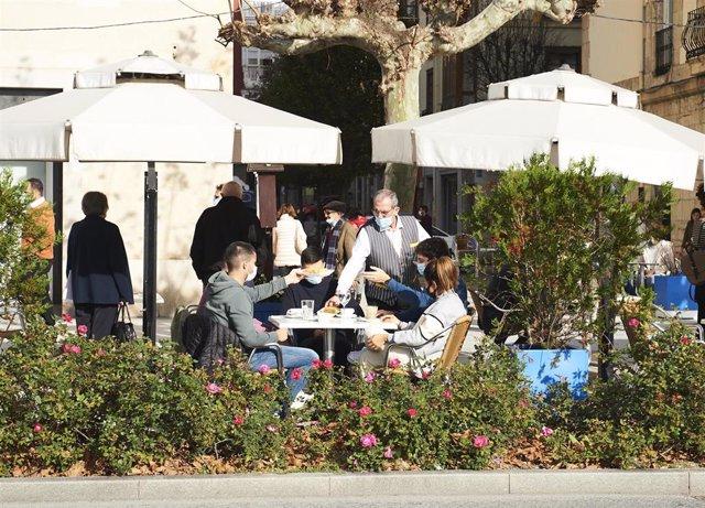 Archivo - Personas en una terraza en Santander