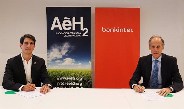 El presidente de AeH2, Javier Brey, y el director de la Organización Madrid Oeste de Bankinter, Ignacio Lozano, firmando el acuerdo por el que ambas entidades se comprometen a financiar proyectos de hidrógeno en empresas