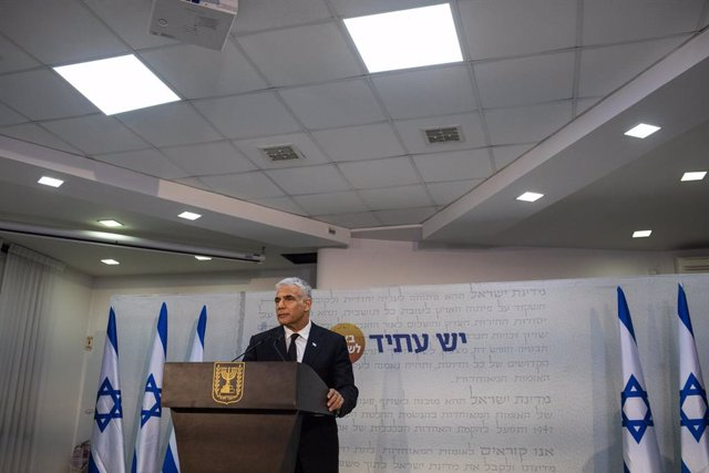 06 May 2021, Israel, Tel Aviv: Leader of the Yesh Atid opposition centrist political party Yair Lapid holds a press conference after the Israeli President Rivlin tasked Lapid with forming the new government. Photo: Ilia Yefimovich/dpa